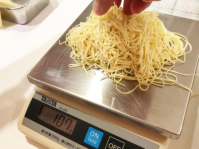 麺を100gにわける