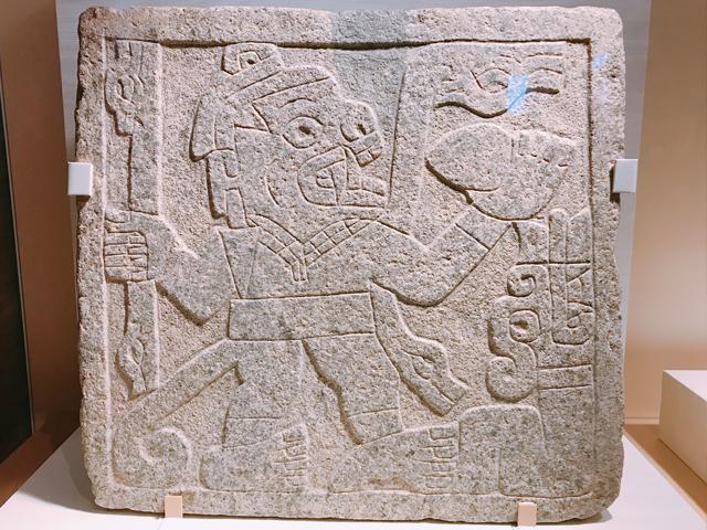 サル人間の図像が彫られた石板