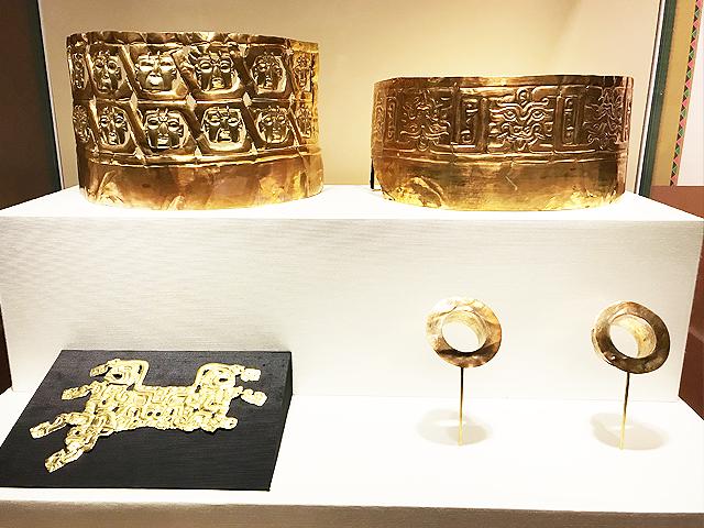 金製双子・ジャガー鼻飾り(レプリカ)と十四人面金冠(レプリカ)