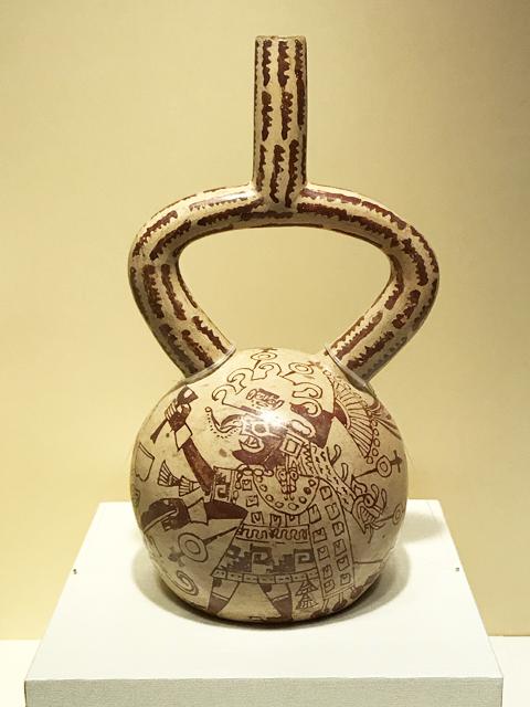 2柱の主神が描かれた鐙(あぶみ)型注口土器