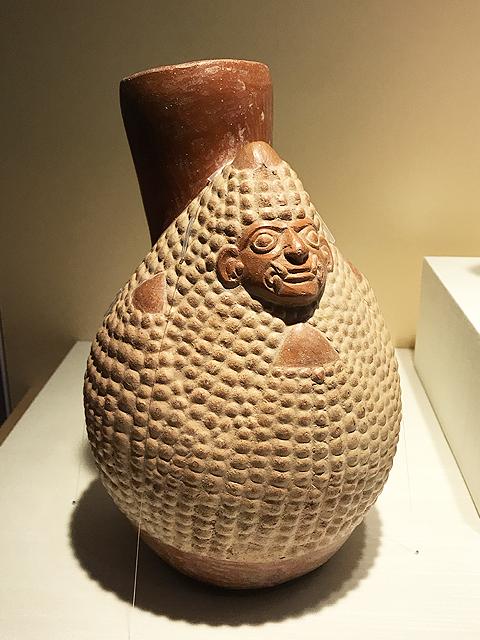 トウモロコシの穂軸の姿をした神を描いた土器