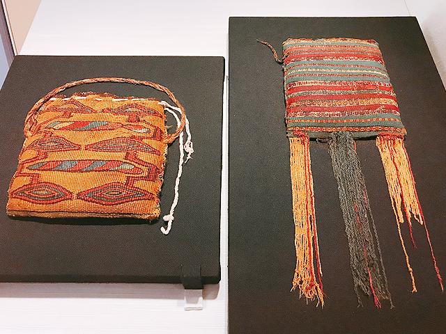 持ち手紐の付いた織物バッグ(コカ袋?)と房の付いた織物バッグ