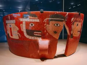 人間の顔が描かれた多彩色鉢