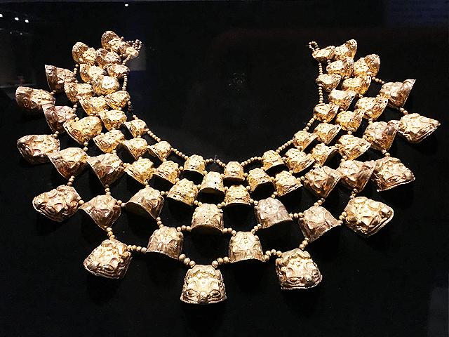 金の胸飾り