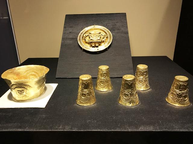 鉢形の金の器(左)