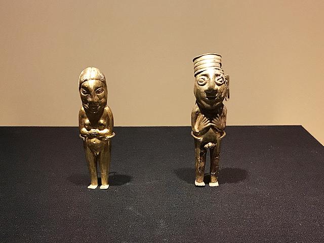 金合金製の小型人物像(男性と女性)