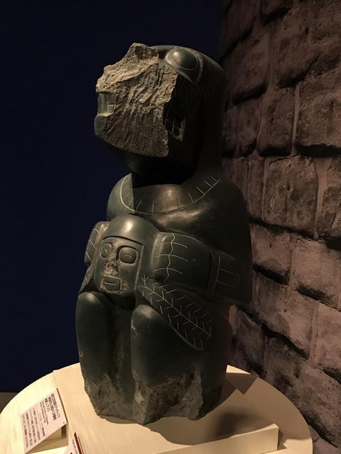 黒色玄武岩製のチャチャプマ(神話的な人間型ネコ科動物)彫像(レプリカ)